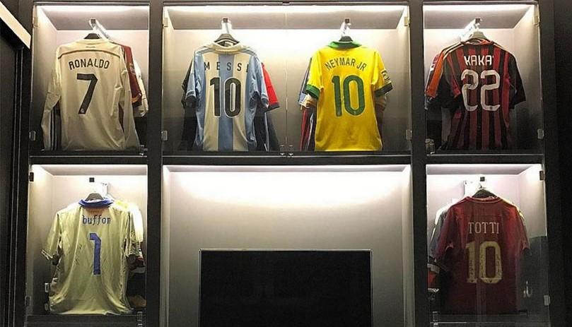 Ел Шарави ја покажа колекцијата на дресови  има од Роналдо  Меси  Тоти  Буфон