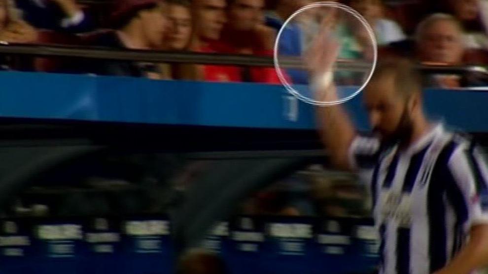 Игуаин им покажуваше среден прст на навивачите на Барса  може да добие суспензија