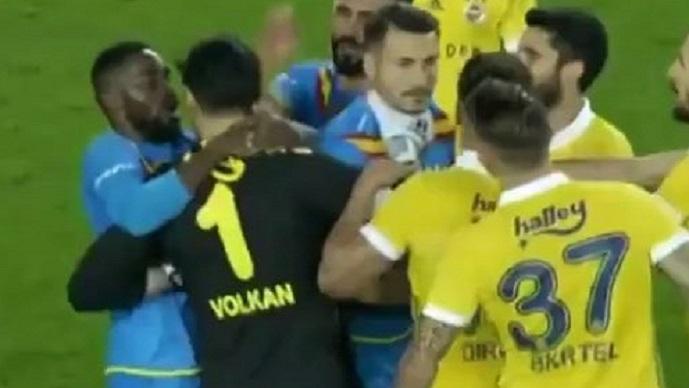 Моментот кога Јаховиќ и Шкртел се судрија по мечот  а Демирел го фати за врат македонскиот напаѓач