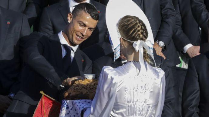 Кристијано Роналдо и Португалците пречекани со леб и сол во Кратово